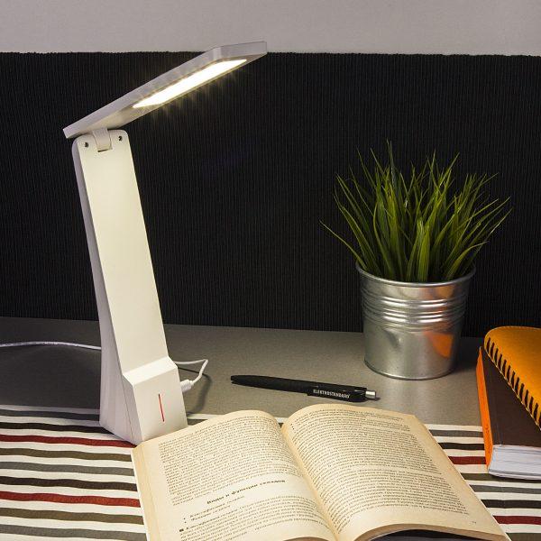 Настольный светодиодный светильник Desk белый/серебряный TL90450 1