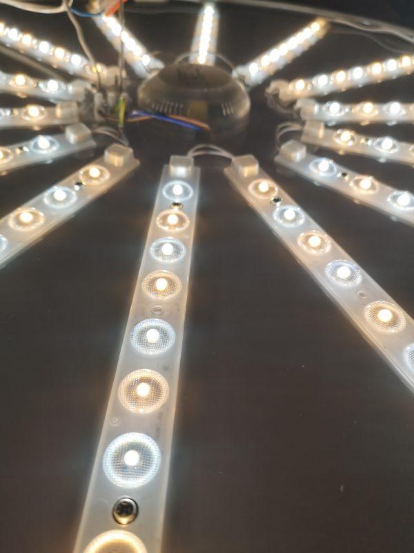Нейтральный свет потолочной люстры. Внутренняя реализация